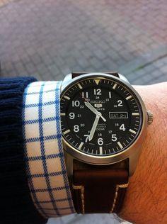 Seiko horloge met leren band. Dit herenhorloge is casual met een sportieve touch.  www.ajuwelier.nl