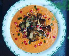 Roasted sweet potato soup with harissa, pomegranate and sourdoug croutons | rostad sötpotatissoppa med tomat, harissa och rökt paprika tuvessonskan.se
