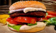 Hamburger Ripieno con Provola Dolce farcito con pomodoro,insalata verde,maionese,boscaiola