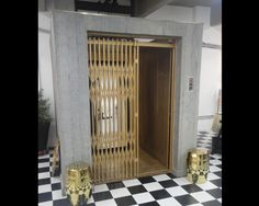 Provador de roupas em formato de elevador antigo