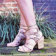 Sandália com salto bloco e vazados. Seus vazados em forma de folha sobem pela traseira e complementam as amarrações dessa sandália. Must have!  Garanta a sua em http://ift.tt/1SLG2kZ N7801
