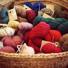 Nouveau projet en perspective ... #wool #echeveaux #madeinportugal #tricot #laine #colorful #happy #retrosaria #rosapomar