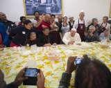 """""""Cuando los hijos están a la mesa pegados al móvil o a la tableta, y no se escuchan entre ellos, eso no es una familia. ¡Es una pensión!"""", lamentó el Papa."""