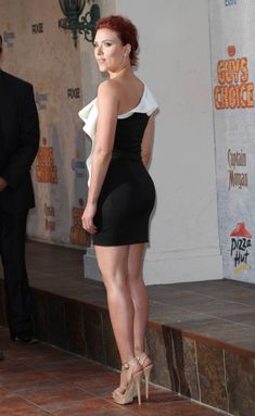 Scarlett Johansson sexy legs in a one shoulder mini dress and sky high heels Scarlett Johasson, Black Widow Scarlett, Black Widow Natasha, Scarlett Johansson Legs, Beautiful Celebrities, Beautiful Actresses, Famous Women, Mannequins, Hollywood Actresses