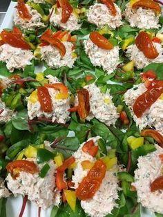 Skøn Lakse salat som bruges til en lille og let forret eller oven på en skive rugbrød eller surdejs brød. Den er nem at lave og kan godt tåle at stå og trække 1 times tid inden den serveres. En enkel og lækker salat som fortjener at blive serveret på den bedste måde. Kalorieindholdet i en portion Lakse salat ca. 50 g er 87,7 Kcal. fordelt på 7 g protein, 1,8 g kulhydrat og 5,9 g fedt. Velbekomme.....