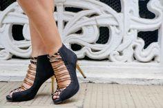 A marca Tanara e Jú Goes indicam a sandália de salto fino, com tiras douradas e animal print que dão um up em qualquer look http://vilamulher.com.br/moda/estilo-e-tendencias/look-com-sandalia-preta-com-tiras-douradas-14-1-32-2964-e-149.html