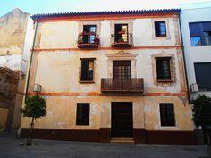 Casa con pintura mural en su fachada en el casco histórico.
