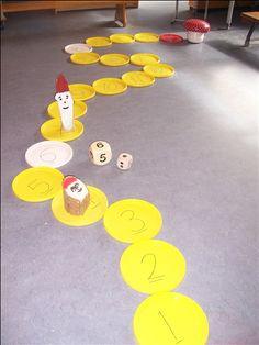 gooi met de dobbelsteen... wie is als 1e bij de paddenstoel? (gemaakt van plastic deksels van emmers) Preschool Kids Games, Preschool Colors, Gross Motor Activities, Gross Motor Skills, Farm Lessons, Art For Kids, Crafts For Kids, Interactive Learning, Kids Education