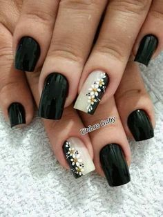 Replace the flowers with gold glitter unhas estilosas, unhas brancas, unhas pretas decoradas, Fancy Nails, Trendy Nails, Black Nails, White Nails, Flower Nail Art, Art Flowers, Daisy Nail Art, Black Flowers, Cute Nail Art