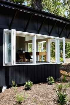 waaaat? | Vokes and Peters adds black timber extension to a cabin on Australia's Sunshine Coast | 灵感