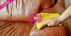 Découvrez en vidéo la méthode à suivre pour nourrir et faire briller un fauteuil en cuir. Pour cela, munissez-vous d'un chiffon en microfibre, de savon de Marseille et d'un lait corporel.