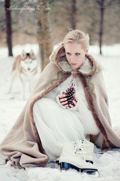 enchanted bridal cape for winter Mode Russe, Vintage Winter Weddings, Wedding Vintage, Gold Wedding, Enchanted Bridal, Cool Winter, Winter Snow, Winter Wear, Gothic Mode