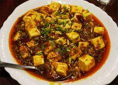 ドラマ『孤独のグルメ』主演・松重豊さんが「ウマすぎて個人的に再度行ってしまった店」に行ってみた / 中華料理 楊 麻婆豆腐 中国・四川省の麻婆豆腐をこの店で独自にアレンジし、本場の味を守りながらも「新しい四川料理の味」を作り出している。スパイシーな味噌をふんだんに使用しているため、キリッとした辛さよりも先に味噌のウマミが味覚神経に伝わってくる。片栗粉を大量に使用した日本の麻婆豆腐に慣れている人からすると、この味に驚きを隠せないかもしれない。非常に美味しい。  『中国家庭料理 楊』の多くの料理には山椒が使われている。かなり多く使われているが、唐辛子とは違ったスパイシーさを堪能することができるはずだ。唐辛子の辛さがストレートに伝わってくるものだとすれば、山椒の辛さはジワジワとあとからやってくる辛さであり、そこに美味しさを感じることができるはずだ。