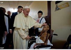 La imagen lo dice todo. Foto de Su Santidad Francisco en el hospital pediátrico de Bangui, República Centro Africana.