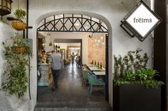 Entrance to the renovated Frëims Condesa in Mexico City House Turned into Mexico's First Restaurant Serving Waffle Sandwiches Luxury Restaurant, Restaurant Design, Restaurant Bar, Commercial Design, Commercial Interiors, Visual Merchandising, Vegetable Shop, Patio Central, Bar Interior