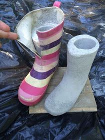 Tämä askartelu on nyt kuuminta hottia Looks like she filled rubber boots with concrete, then cut the boot off, leaving the foot part on == Fur Elise Diy Concrete Planters, Cement Art, Concrete Cement, Painting Concrete, Concrete Crafts, Concrete Projects, Concrete Garden, Concrete Design, Outdoor Projects