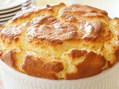 ΥΛΙΚΑ: 6 αυγά, χωριστά οι κρόκοι από τα ασπράδια 220 γρ. τυρί κρέμα με μυρωδικά και σκόρδο  Εκτέλεση: Προθερμαίνετε το φούρνο στους 190ºC. Χτυπήστε με το μίξερ σε ένα μπόλ τα Greek Recipes, Salad Dressing, Crepes, Apple Pie, Banana Bread, Muffin, Brunch, Food And Drink, Healthy Recipes