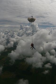 """Voor m'n 40-e verjaardag kreeg ik van manlief een tandemsprong. Mijn nichtje vroeg """"hoe voelt dat, een wolk?"""""""