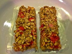 Healthy Strawberry Banana Granola Bars - These are super easy and quick to make and contain only six ingredients! They are great for an on the go breakfast or healthy snack! clean eating, healthy snack, granola bars, 21 day fix, tosca reno, strawberry bars, beachbody, recipes