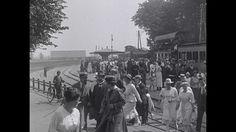 Video: BERGEN (N.H.) | BG_27583.mpg (1923) - Filmbeelden van het dorp Bergen en de badplaats Bergen aan Zee. Opnamen van enige markante gebouwen en de ruine. Aankomst van de stoomtram Bello uit Alkmaar. Badgasten op weg naar het strand, en voorzichtige baders in zee, met o.a. een zeilbootje.