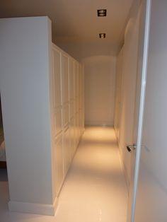 Garderobe achter bed met inbouwkasten