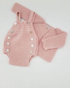 & Peto Handmade (in 17 Farben)& Dieses Set kann in allen .This Pin was discovered by Gra Baby Knitting Patterns, Knitting For Kids, Baby Patterns, Baby Outfits, Baby Romper Pattern, Pull Bebe, Diy Crafts Crochet, Baby Overalls, Knitted Romper