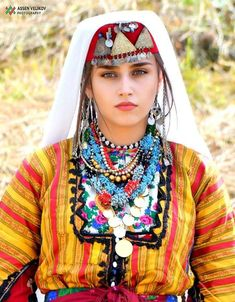 Europe Centrale, European People, Fashion History, Traditional Dresses, Captain Hat, Beautiful Women, Costumes, Boho, Lady