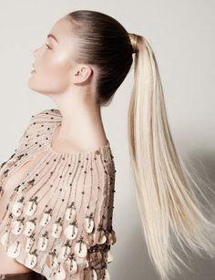 Une queue-de-cheval graphique Cette ponytail haute permet de dompter les épis du sommet de la tête ainsi que les petites mèches rebelles du contour du visage, surtout si on porte ses cheveux plaqués comme sur la photo.
