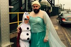 """This Dad Dressed As Elsa For A """"Frozen"""" Sing-A-Long And It Was Wonderful"""