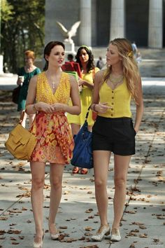 Perfect for Spring! - Blair (Leighton Meester) and Serena (Blake Lively) on Gossip Girl. Blair wearing Blair Waldorf shines in a Nanette Lepore dress, a Nancy Gonzalez Square satchel and Tiffany Co. Gossip Girls, Mode Gossip Girl, Estilo Gossip Girl, Gossip Girl Outfits, Gossip Girl Fashion, Gossip Girl Clothes, Gossip Girl Style, Blake Lively Gossip Girl, Gossip Girl Serena