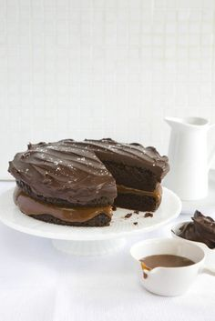 salted caramel & chocolate cake from sweet paul mag (the best) Gateau Choco Caramel, Salted Caramel Chocolate Cake, Chocolate Caramels, Chocolate Pudding, Carmel Chocolate, Chocolate Ganache, Chocolate Espresso, Chocolate Cupcakes, Chocolate Recipes