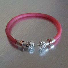 Pulsera de plata y caucho rosa, abierta y rígida con dos bolas de cristal tallado tipo Swarovski. Elige tu color favorito, flúor, blanco, negro...