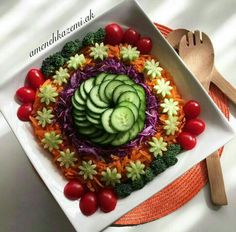 تزیین غذا برای مهمان Party Food Platters, Veggie Platters, Veggie Tray, Salad Presentation, Vegetable Carving, Snacks Für Party, Food Decoration, Food Humor, Creative Food