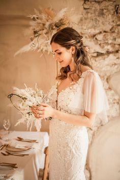 Traumhaftes Boho-Brautstyling für eine Vintage-Hochzeit in Creme und Beige. Alle Bilder findet ihr im Hochzeitskiste Blog. #hochzeitskiste #hochzeitsideen2021 #hochzeitsideen #hochzeitstipps #hochzeitsmagazin #hochzeitsblog #weddingblog #hochzeit #hochzeit2021 #bohohochzeit #bohowedding #vintagehochzeit #vintagewedding #tischdeko #hochzeitsdeko #hochzeitsdekoration #hochzeitsdekoidee #brautkleid #braut #braut2021 #brautstyling #traumkleid #prinzessinfuereinentag #brautfrisur