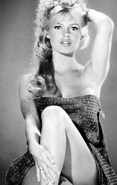 Brigitte Bardot - En la adolescencia, estudiaba en el Conservatorio Nacional de Danza con Boris Kniaseff. Con 15 años conoció a un joven guionista y ayudante de dirección, Roger Vadim, con quien vivió su primer y apasionado amor. Se sabe que el día en que Roger fue a pedirle la mano, el padre de Brigitte lo esperó con un revólver en su escritorio y lo echó de su casa. Se casaron un 20 de diciembre de 1952 en el Registro Civil del distrito de Auteuil en París.