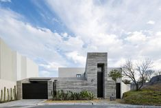 Pia House / OAX Arquitectos Completed in 2019 in Monterrey Mexico. Images by The Raws. Casa Pía is built on a plot of irregular dimensions located in El Uro Nuevo León. It is composed of two volumes facing each other with a succession. Atrium, Patio Central, Suburban House, Concrete Tiles, Outdoor Areas, Modern House Design, Willis Tower, Ground Floor, House Styles