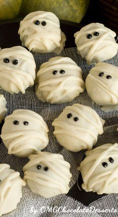 White Chocolate Mummy Truffles are a fun and festive Halloween treat. Delicious cookie truffles coated with white chocolate and made with coca-cola. Dessert Halloween, Fete Halloween, Halloween Goodies, Halloween Desserts, Spooky Halloween, Halloween Treats, Halloween Appetizers, Halloween Recipe, Vintage Halloween