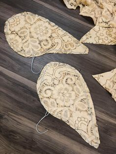 DIY Angel Wings - The Shabby Tree Christmas Angel Crafts, Easy Christmas Decorations, Christmas Crafts, White Christmas, Diy Angels, Handmade Angels, Angel Wings Decor, Shabby Chic Angel Wings, Diy Wings