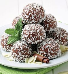Chocolate, low-sugar and delicious? These low-sugar chocolate coconut balls are easy-to-make and good for you. What could be better? Vegan Protein Bars, Low Carb Protein, Hemp Protein, Protein Ball, Whole Food Recipes, Dessert Recipes, Cooking Recipes, Bite Size Snacks, Coconut Balls