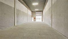 Billigt koldlager med gode tilkørselsforhold     Beliggenhed kun 7 km fra Århus C og kun ca. 2 km fra Djurslandsmotorvejen gør lagerlejemålet velegnet til virksomheder, der har behov for optimale tilkørselsforhold.    Der er et godt lysindfald i lokalet fra vinduerne i port samt et stort ovenlysvindue. Derudover oplyses hallen af armaturer i loftet. Hallens gulv består af asfalt, der tillader tung trafik. Lagerhallen er isoleret, men uopvarmet.