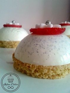 Infini Délice: Dôme de Panna Cotta vanille et son coeur de fraise Mousse Dessert, Panna Cotta, Mini Cakes, Cupcake Cakes, Sweet Recipes, Cake Recipes, Desserts With Biscuits, Molten Lava Cakes, Fancy Desserts