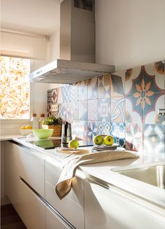 The bright kitchen is separated from the living spaces but feels open due to the interior window. El Meuble - 60 meters that looks like 80 Luxury Kitchen Design, Luxury Kitchens, Home And Garden Store, Dinning Chairs, Cuisines Design, Living Room Kitchen, Kitchen Tiles, Home Remodeling, Kitchen Remodel