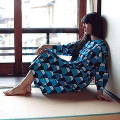 ゆったりとしたシルエットの長袖ワンピース。一枚で着るとちょっとフォーマルな印象にもなります。外国の方と一緒に過ごす時に着ていたら、話題になること間違いなし!