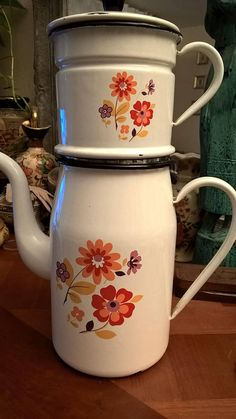 Large enameled pot vintage French white color with flowers of the patterns Vintage Enamelware, Kitchenware, Teapot, French Vintage, French Antiques, 1970s, Chocolate, Patterns, Coffee