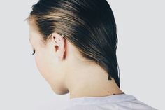 Want to learn how to get rid of greasy hair? Click inside to learn these editor-approved steps for how to train your hair to be less oily. Batiste Dry Shampoo, Clarifying Shampoo, Sulfate Free Shampoo, Oily Scalp, Oily Hair, Ouai Hair Supplements, Greasy Hair Fix, Loose Chignon, Boar Bristle Hair Brush