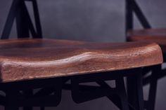 Egyedi tervezésű fémvázas szék, tölgyfa ülőfelülettel és háttámlával.