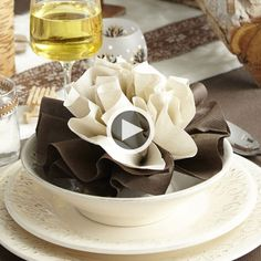 ZoeConfetti-pliage dahlia from centrakor on Vimeo Fancy Napkin Folding, Folding Napkins, Food Decoration, Table Decorations, Fall Decor Signs, Table Manners, Wedding Set Up, Deco Table, Cloth Napkins