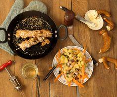 Bunter Kartoffelsalat mit Honig-Senf-Vinaigrette & Putenspießchen mit Sesamkruste