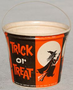 Home Dairies Creamed Cottage Cheese Halloween Bucket, 1960 - Halloween News, Halloween Art, Halloween Treats, Vintage Halloween, Happy Halloween, Halloween Decorations, Halloween Stuff, Halloween Buckets, Black Grapes