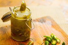 I peperoncini jalapeños sottaceto sono uno snack davvero sfizioso ed un ottimo ingrediente per hamburger, nachos, insalate, hotdog e fajita messicane. Leggi l'articolo e segui le istruzioni di questa semplice e veloce ricetta. Affetta i ...